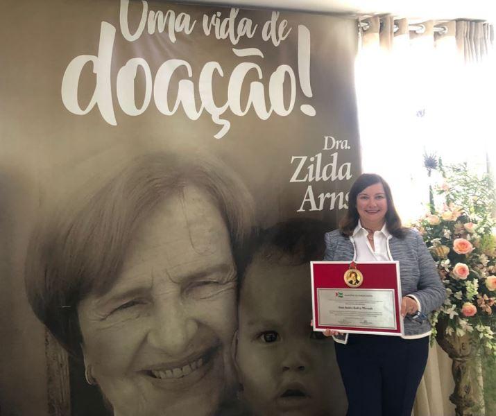 Juíza Sandra Merenda recebe Medalha Zilda Arns de Boas Práticas para a Primeira Infância